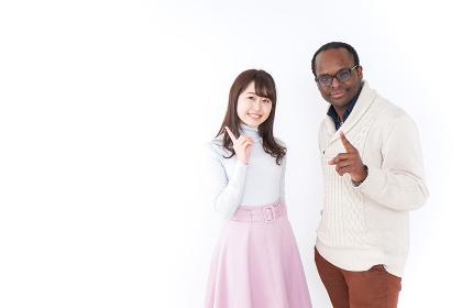 指をさす日本人と黒人