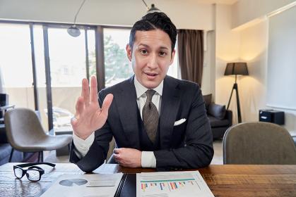 モニター越しで対談をするラテン人男性ビジネスマン