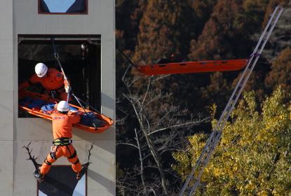 高所からの救助展示2例(2010年三田市総合防災訓練)