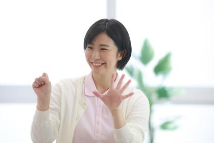 指先体操をする介護士 イメージ