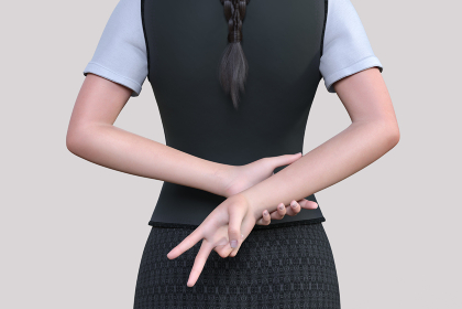 社員用の制服を着た女性が髪の毛を結い背中でピースサインをする