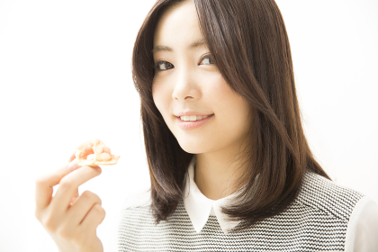 カナッペを食べる女性