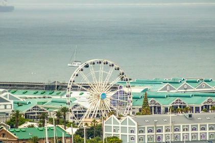 The Ferris wheel in Cape Town with ocean in background