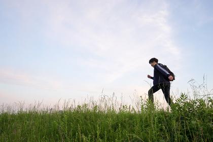 芝生を歩く男性