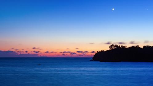 沖縄県・西表島 月と夏の海の夕景