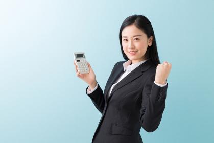 電卓を持つ女性 ビジネス