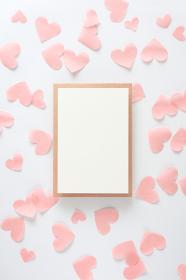 淡いピンクのハートに囲まれたカード 1 縦位置