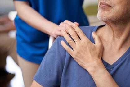介護をする介護士と高齢者