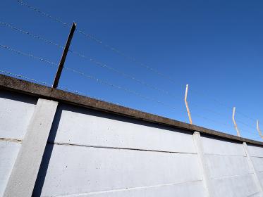 青空とブロック塀