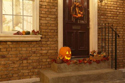 ハロウィンの飾り付けがされた玄関