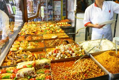 トルコ・イスタンブールにてトルコ料理のおかずをテイクアウト販売する大衆食堂の路面店