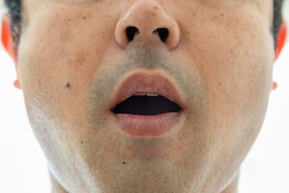 口が半開きの男性