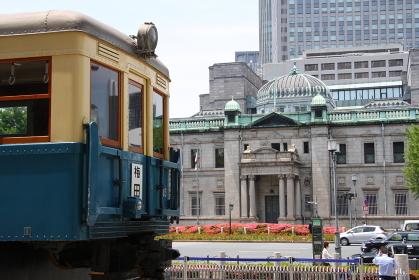 大阪市営地下鉄の開業80周年を記念して、市役所前に展示された開業当時の旧100形車両(2013年撮影
