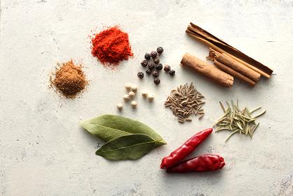 白い背景で撮影したいろいろなスパイスといろいろなスパイス香辛料