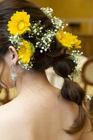 黄色の花が刺さってる新婦の髪型