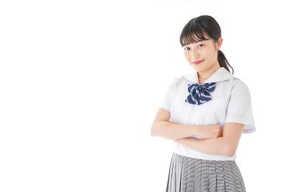 腕を組む制服を着た女子学生
