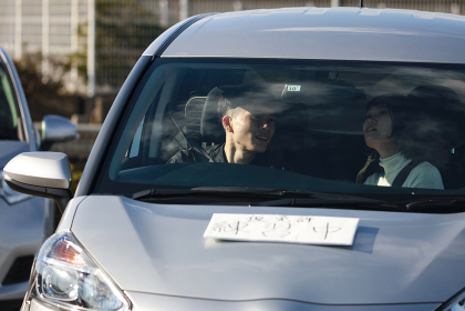 運転の練習をする男性