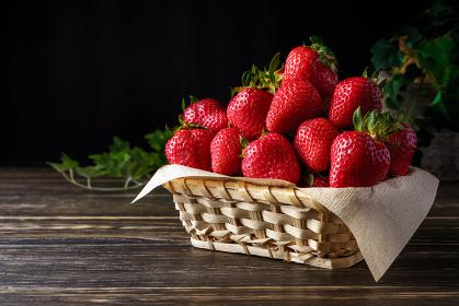 籠に盛られた採れたての苺