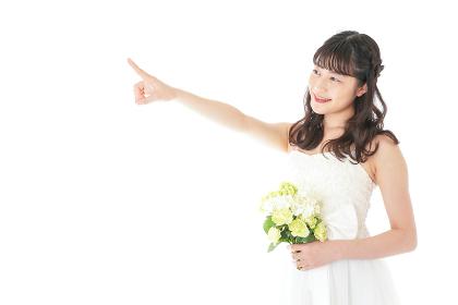 ブーケを持ち指差す花嫁の女性