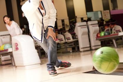 ボウリングをする男性