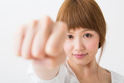 若い女性 パンチ