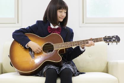 ギターを弾く中学生