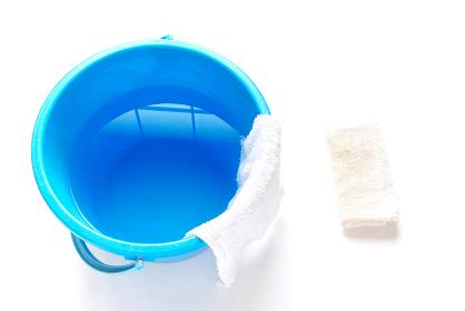 拭き掃除道具 畳んだ雑巾と雑巾の掛かったバケツ