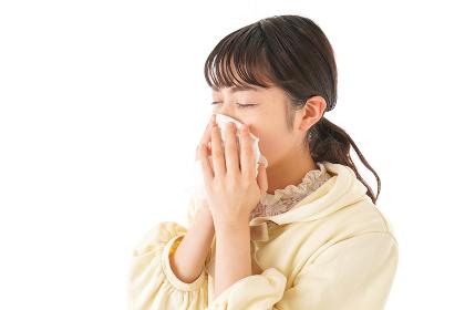 花粉症・アレルギーで苦しむ若い女性