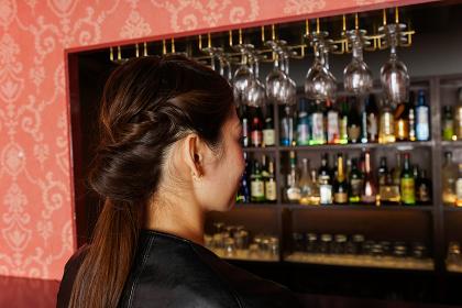 バーに座る女性