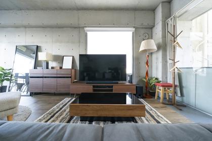 ソファーとTVのある居間