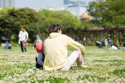 芝生でリラックスする父親と赤ちゃん