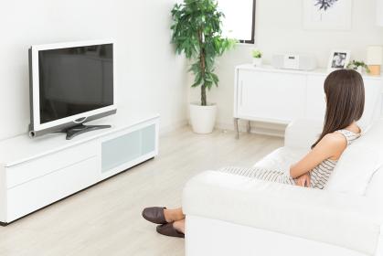 テレビを見る女性 後ろ姿
