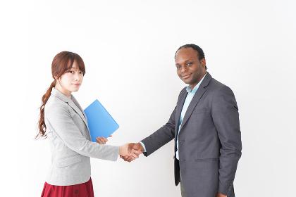 握手をする2人のビジネスパーソン