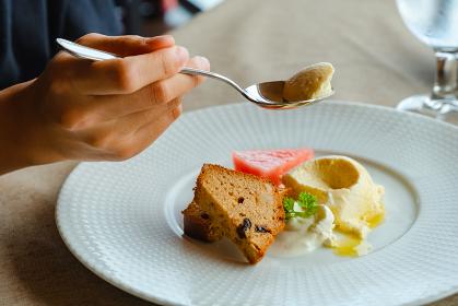 デザートを食べる女性の手元 ランチ レストラン