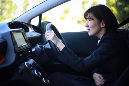 運転中に腹痛になる女性