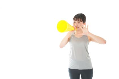 スポーツの応援をする若い女性
