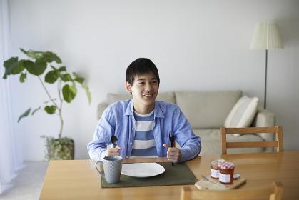 朝食を待つ10代の男の子