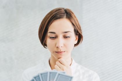 カードを持つ女性(選択・可能性・選ぶ)