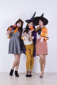 ハロウィンのコスチュームを着る女性たち