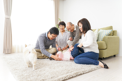 家族で犬と遊ぶ幸せな三世代ファミリー