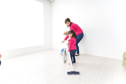 家事の手伝いをする子ども