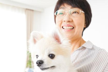 犬を飼うシニア女性