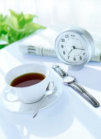 コーヒーと時計と新聞