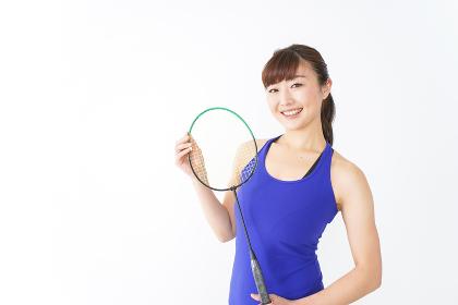 ラケットを持つ若い女性