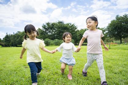 青空の下、元気に走る子供たち