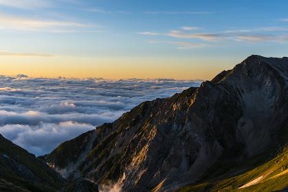 朝焼けの杓子岳と白馬鑓ケ岳