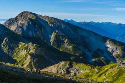 白馬鑓ケ岳と後方にそびえ立つ立山連峰と剱岳