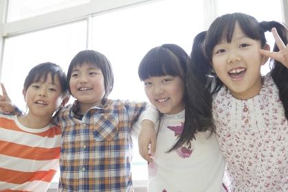 友達と肩を組む小学生