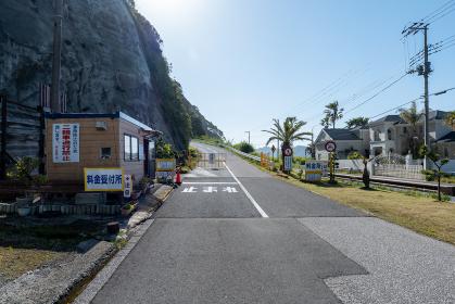 青空広がる初夏の鋸山登山自動車道の入り口