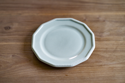 お皿のあるテーブルフォト